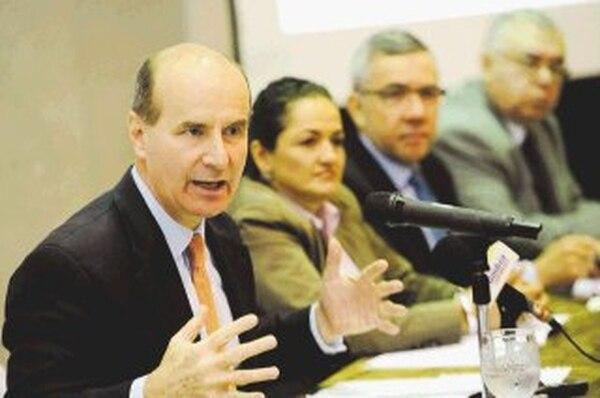 Figueres junto a una parte de su comité consultivo: Veracruz Barrantes, Jorge Oller y Manuel Mora.   MAYELA LÓPEZ