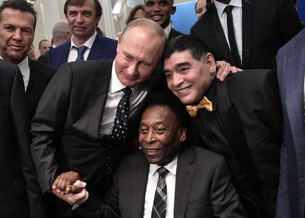 Maradona junto a Vladimir Putin y el exjugador brasileño Pelé, durante el sorteo para el mundial de Rusia 2018. AFP PHOTO / SPUTNIK / Alexey NIKOLSKY