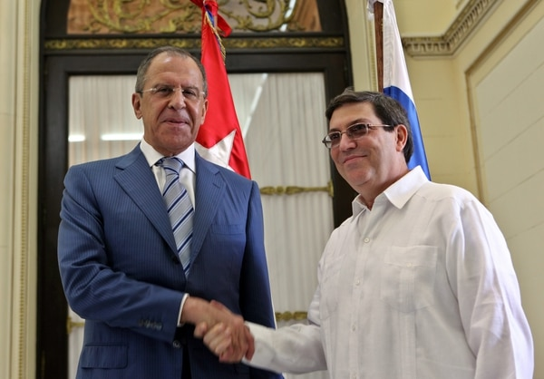 El canciller ruso, Serguei Lavrov (izq), fue recibido por su homólogo cubano, Bruno Rodríguez, en el Ministerio de Relaciones Exteriores en Cuba.