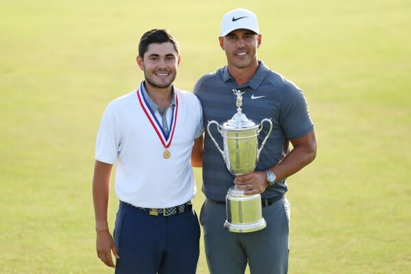 Brooks Koepka, ganador del US Open 2018, junto al golfista costarricense Luis Gagne Warren Little/Getty Images/AFP == FOR NEWSPAPERS, INTERNET, TELCOS & TELEVISION USE ONLY==