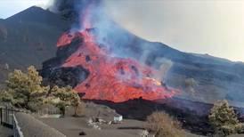 Al menos 800 personas movilizadas en la isla de La Palma por el avance de la lava