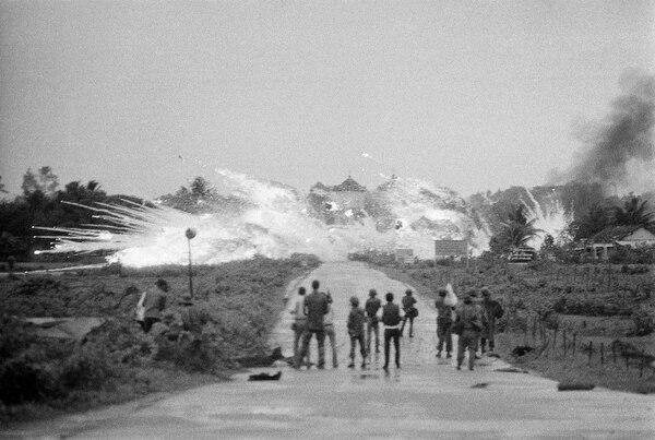 Aviones Skyraider de la Fuerza Aérea survietnamita lanzaban bombas de napalm y fósforo blanco, el 8 de junio de 1972, sobre una carretera en las afueras de Trang Bang,.