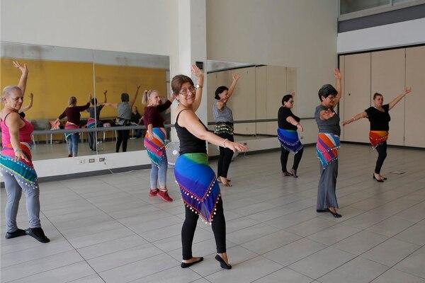 El baile del vientre es una de las opciones de cursos que brinda Ageco. Fotografía: Mayela López