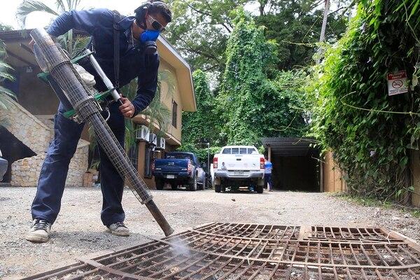 Gerson Castillo, funcionario del Control de Vectores del Ministerio de Salud, fumiga el Hotel Conchita, ubicado al frente de la playa en el distrito de Jacó, en Garabito de Puntarenas. En Jacó se reportan 31 de los 44 casos que se han registrado en todo el país. | RAFAEL PACHECO