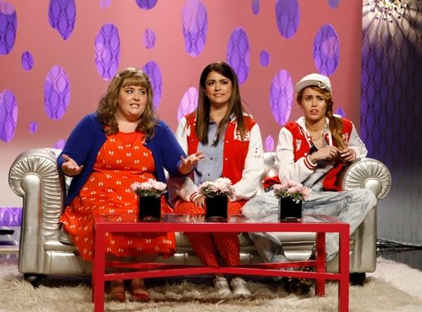 Aidy Bryant, Cecily Strong y Miley Cyrus en un 'sketch' de 'Saturday Night Live'.