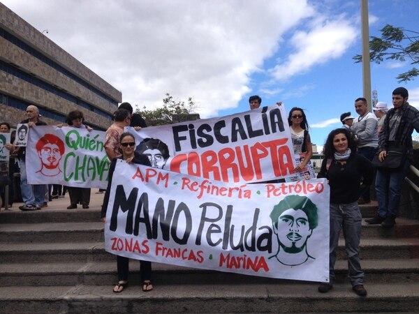 Un grupo de ambientalistas se concentró desde las 11 a. m. frente a la Corte Suprema de Justicia con pancartas.