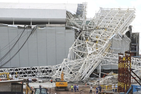Una grúa golpeó parte del techo del estadio y ocasionó el derrumbe mortal.