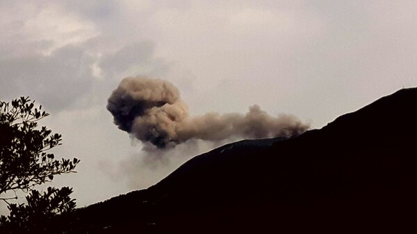 El viento débil lanza la ceniza hacia el noroeste del coloso. A las 8 a. m. de este sábado ocurrió esta erupción captada desde San Antonio de Santa Cruz, Turrialba.