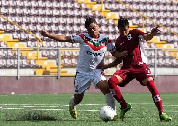 Guanacaste se mantiene en el segundo lugar del grupo 1. Acá el pampero Carlos Masis ante René Miranda, de la S, en un juego pasado. | CRISTIAN ARAYA