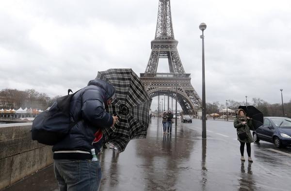 Unos 240.000 hogares franceses quedaron privados de electricidad a causa del temporal, que llegó a registrar vientos superiores a los 120 km/hora.
