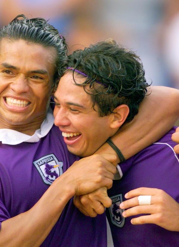 Wálter Centeno y Alonso Solís celebran un tanto en el Ricardo Saprissa.