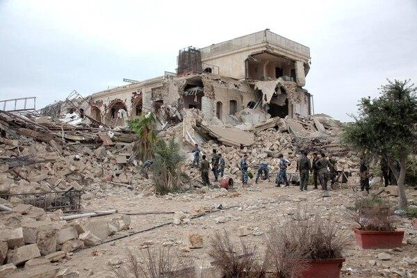 Fuerzas gubernamentales sirias miran los escombros del lujoso e histórico hotel Carlson, en el corazón de Alepo, destruido por los rebeldes.