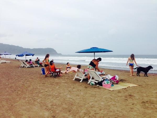 Este miércoles decenas de vacacionistas comenzaron a arribar a playa Jacó, en Garabito.