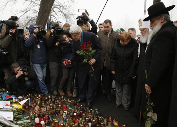 El Secretario de Estado de Estados Unidos, John Kerry , coloca una vela y rosas encima de la capilla de los Caídos en Kiev. El líder llegó este martes a Ucrania para el fin de ayudar a Ucrania de su crisis económica.