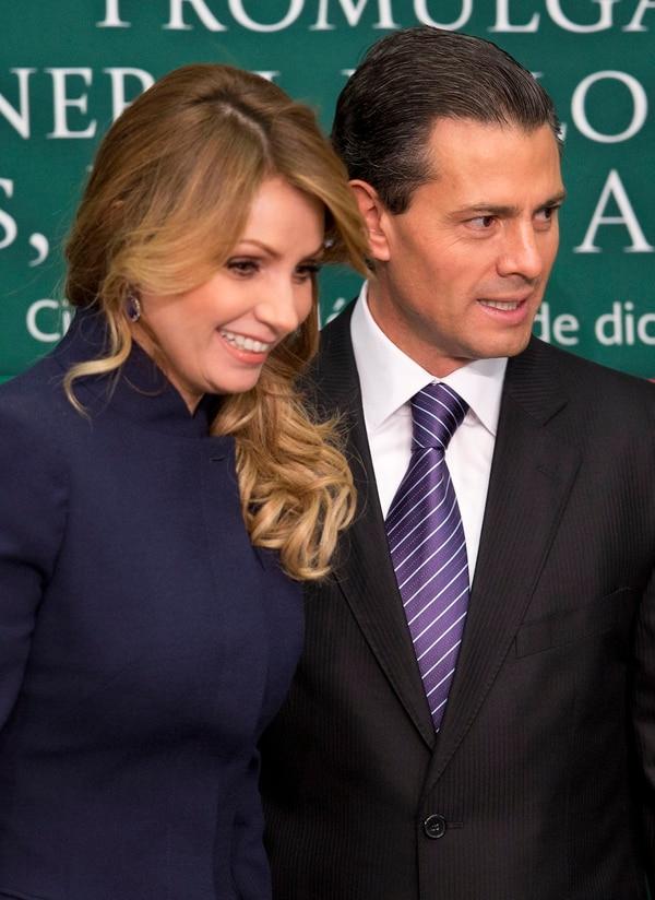 A inicios de diciembre, el presidente Enrique Peña Nieto de México y la primera dama Angélica Rivera llegaron a una ceremonia de firma de una nueva ley de protección de la infancia en Los Pinos la residencia presidencial en la ciudad de México.