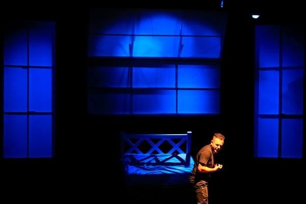 En 'La ira de Narciso', Fabián Sales interpreta a todos los personajes de la obra. Foto: Rafael Pacheco