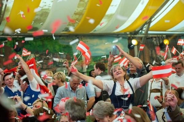 Simpatizantes del candidato presidencial por el Partido de la Libertad (FPOe), Norbert Hofer, participaron el domingo en la celebración del Día del Trabajador en la ciudad de Linz.