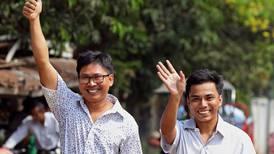 Gobierno de Birmania libera a dos periodistas presos por investigación