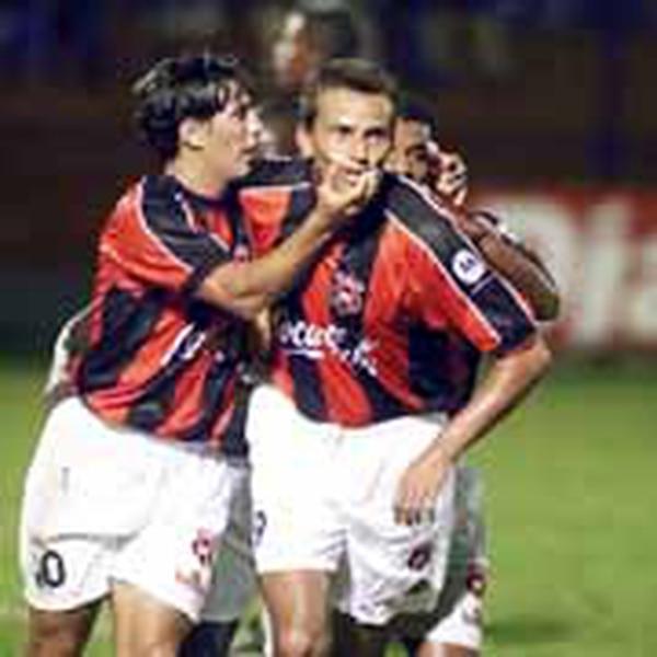Pablo Izaguirre y Jozef Miso son de esos extranjeros que llegaron a la Liga y se enamoraron del equipo y del país. Fotografía. Archivo LN