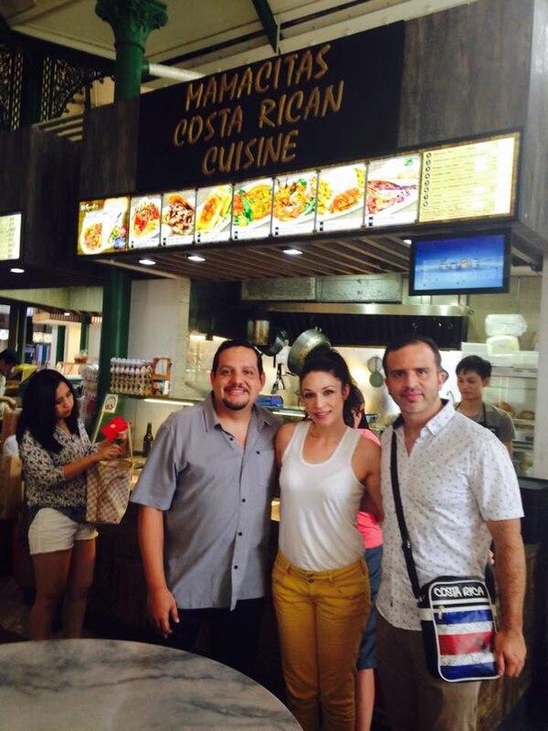 Los actores de la Media Docena, Daniel Moreno (izq.) y Mario Chacón, visitaron el restaurante Mamacitas de la tica Cindy Castro Vega en Singapur.