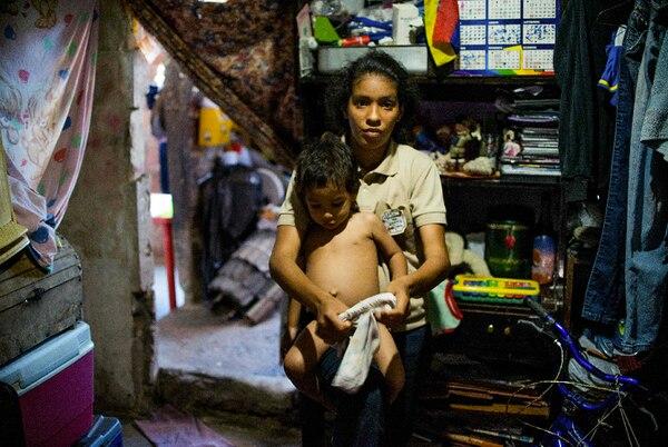 Rebeca León es una de las personas que debe buscar su comida entre la basura en Venezuela. Su hijo, en brazos, no tiene otra cosa para comer.