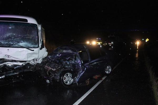 La buseta viajaba hacia San José y la mujer fallecida iba en sentido contrario. La vía estaba mojada y el choque provocó el cierre total.