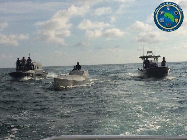 Los tres individuos aprehendidos viajaban a bordo de este semisumergible, dentro del cual además se halló una aparente carga de lo que sería cocaína. Foto. MSP