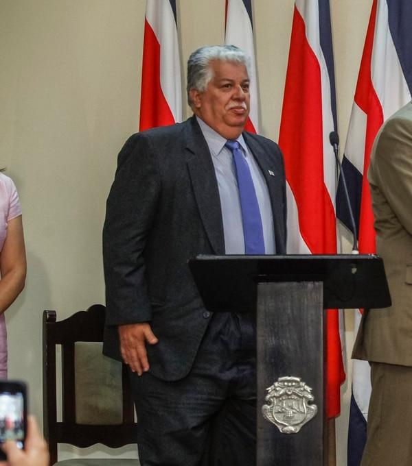 El ministro de la Presidencia, Melvin Jiménez, asegura que le solicitó un permiso a la Iglesia luterana para no ejercer como obispo.   JORGE ARCE.