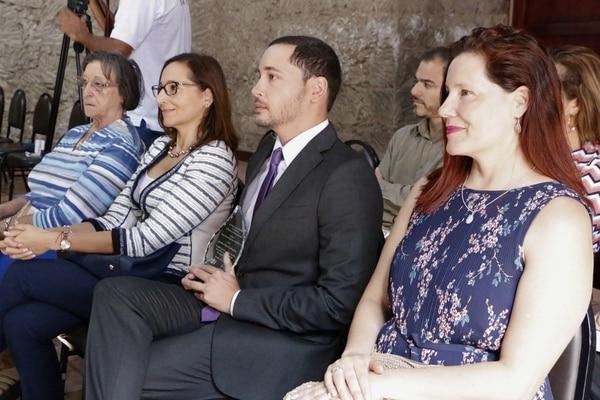Jonathan Mauri Carabaguías recibió el premio este viernes. Lo acompañó la ministra de Deportes, Carolina Mauri (izq.). Foto: Ministerio de Cultura y Juventud