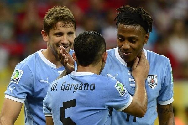 Walter Gargaro se rinde ante la actuación de Abel Hernández (derecha), quien convirtió cuatro de los ocho goles con que Uruguay derrotó a Tahití.   AFP