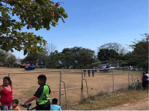 En esta fotografía tomada el 18 de febrero, en Costa de Pajaros, se observan los dos helicópteros en que viajó Fabricio Alvarado y personeros del PRN.
