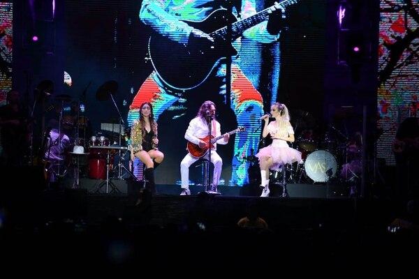 Alison y Marla Solis, las hijas de El Buki, acompañaron a su padre en el concierto que ofreció en el Estadio Nacional la noche del sábado. Foto: Yannina Cordero.