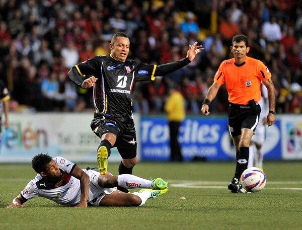 El manudo Armando Alonso intenta frenarle el paso al belemita Carlos Acosta, en un partido donde la Liga no sufrió pese a lo ajustado del marcador final. | RAFAEL MURILLO