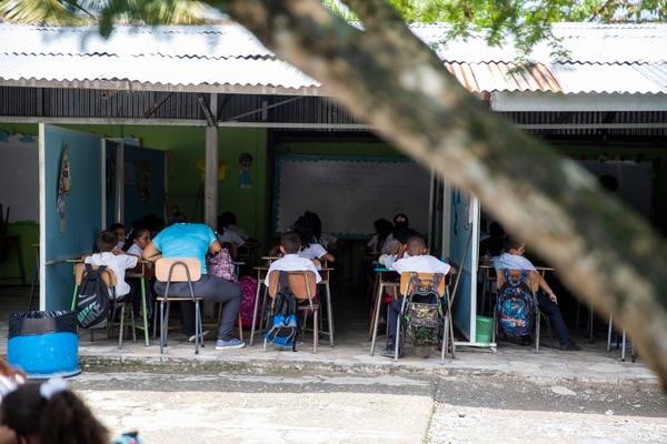 Solo 7% de escolares del país reciben el currículum completo, con materiales básicas y especiales. Fotografía: Alejandro Gamboa Madrigal
