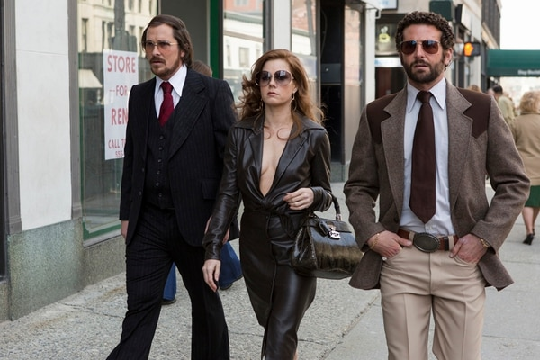 Los personajes de Christian Bale, Amy Adams y Bradley Cooper elevaron el nivel de 'Escándalo americano'. El trío de actores, junto a Jennifer Lawrence, son la principal atracción del filme.   DISCINE/LN