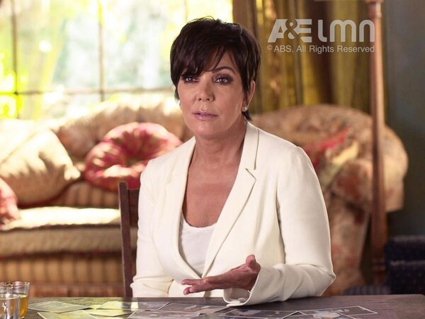 Las revelaciones de Kris Jenner, la madre del clan Kardashian y quien fuera amiga íntima de la pareja conformada por O.J. y Nicole Brown, además de esposa del abogado defensor del astro, Robert Kardashian, ofrecen una perspectiva única en los documentales.   CAPTURA DE PANTALLA A&E