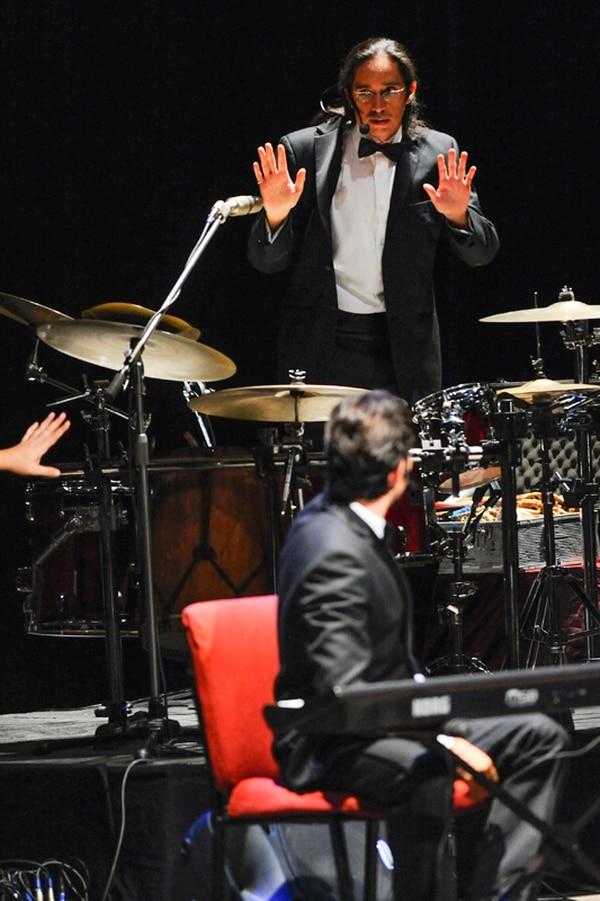 Conectado. Carlos Tapado Vargas mostró su veta cómica durante la interpretación de El sendero de Warren Sánchez . Luis Navarro