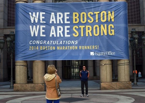 Una manta con un mensaje de apoyo recibe a los atletas que llegan por la indumentaria para la Maratón de Boston 2014
