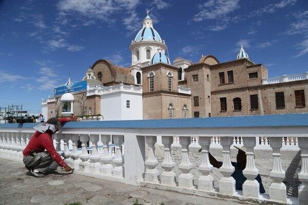 Obreros finalizaban el jueves acabados en el Santuario El Quinche, un lugar que visitará el Papa el miércoles 8 de julio en Ecuador. Ya se pueden observar muchas ventas de recuerdos allí. | GDA/PARA LA NACIÓN
