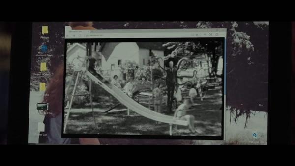 Unos niños jugando y Slender Man expectante atrás. La primera imagen con que internet conoció al terrorífico hombre delgado. Crédito: Screen Gems