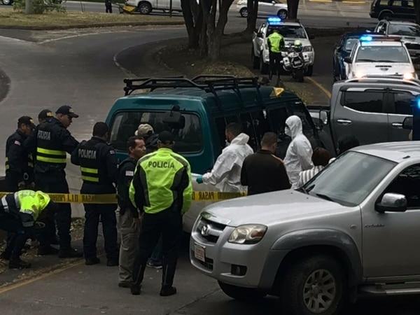Las autoridades custodiaron la microbús, donde agentes del OU recolectaron indicios para la investigación. Foto: Alonso Tenorio
