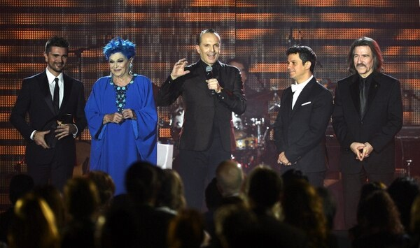 El cantante español Miguel Bosé agradeció el premio acompañado por su madre Lucía Bosé , el cantante colombiano Juanes (izq), el cantante y compositor español Alejandro Sanz (2º dcha) y el director de orquesta español Luis Cobos (dcha).