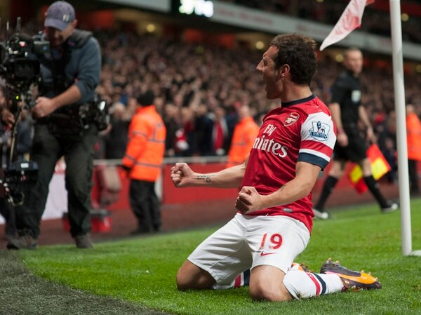 El español Santi Cazorla celebra el haber anotado el primer gol para Arsenal en el partido que este sábado su equipo ganó 2-0 ante Liverpool.