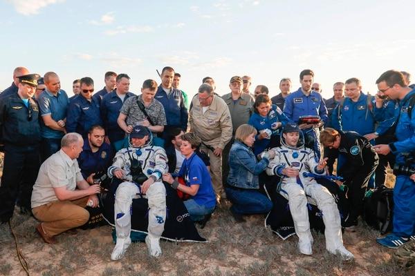 Thomas Pesquet (izq) y Oleg Novitskiy descansaron en sillas luego de que aterrizaron en un área remota de Dzhezkazgan, Kazajistán.