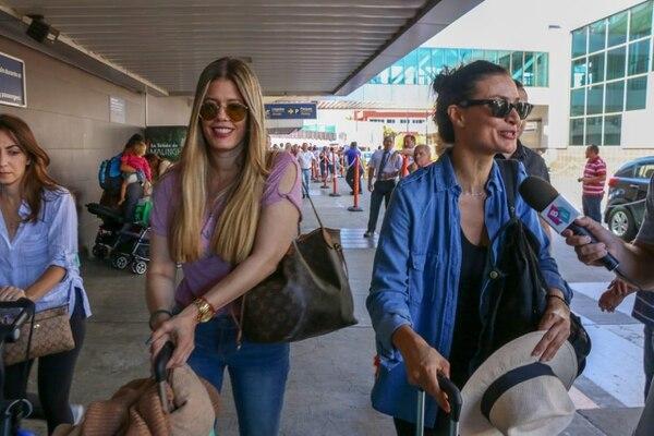Lorna Paz (Patricia Fernández, la odiada y a la vez querida peliteñida) y Ana María Orozco (Betty) se tomaron algunas fotografías con los fanáticos. Foto: Arceyut Producciones.