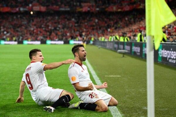 Coke (der.) celebra su anotación con Kevin Gameiro, la cual le dio la ventaja al Sevilla ante Liverpool.