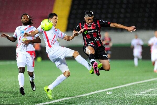 El rojinegro Diego Calvo intenta superar la marca del guapileño Eduardo Gómez. Observa la jugada Roy Smith. | MELISSA FERNÁNDEZ