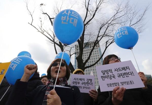 Manifestantes protestaron este miércoles en Seúl contra el emplazamiento de un escudo antimisiles de Estados Unidos en Corea del Sur.