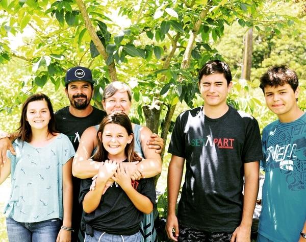 El tico Kevin Carrillo Quesada, su esposa Amber y sus hijos Isabela, Iliana, Israel e Isaiah (de izq. a der.).