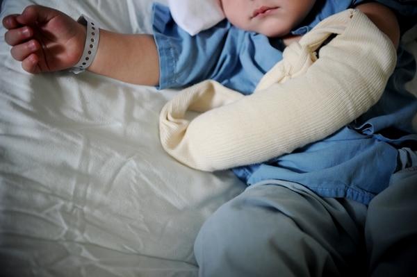 Una niña de un año y medio está internada en el HNN por una quemadura en su brazo. Ella es una de los más de 400 menores que este año han sido víctimas, en la gran mayoría, de la negligencia de los adultos. | MARCELA BERTOZZI